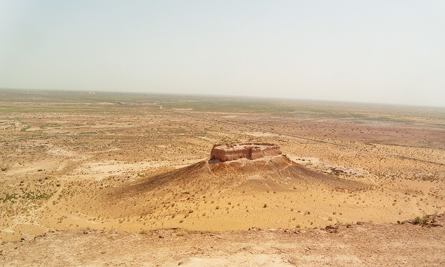 Una de las partes de Ayaz Qala, una de las numerosas fortalezas en ruinas al norte de Khiva. Detrás, el desierto.
