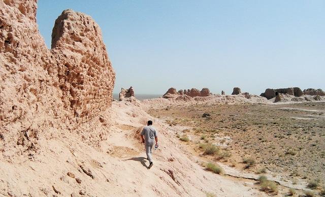 Ikram, mi taxista y guía improvisado caminando entre las ruinas de la fortaleza.  Está a punto de resbalarse otra vez.