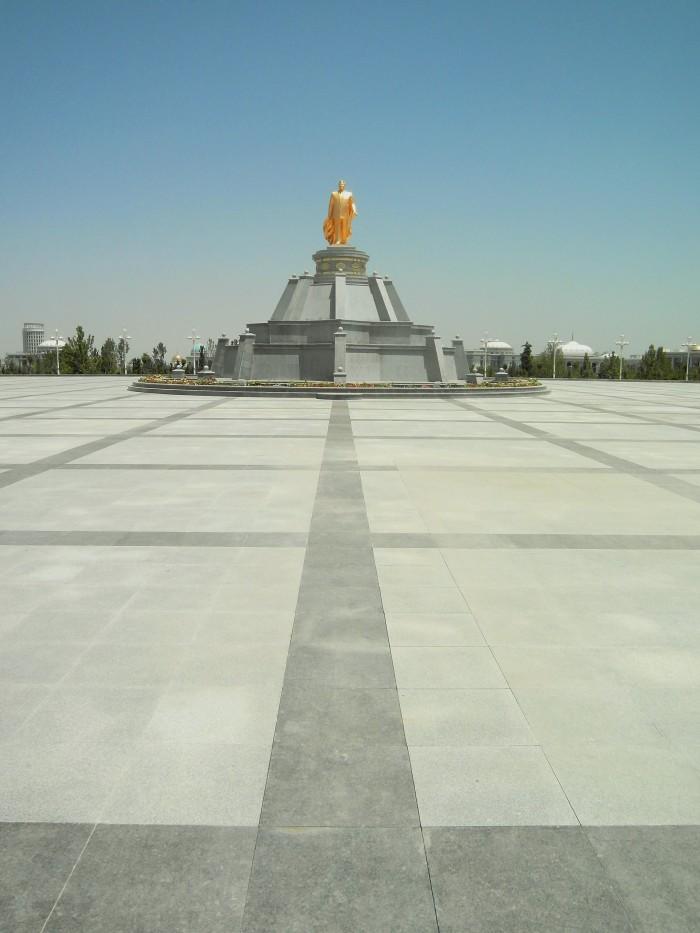 Aunque en esta foto se pierde en el dorado, muchas de las estatuas de Niyazov tienen una capa a lo superheroe bastante curiosa de ver.