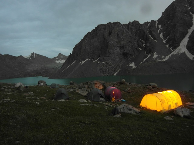 Campamento de montaña al lago del lago. Estaba allí solo cuando no había nieve (julio y agosto) y dada la ausencia de carreteras llevaban todas las tiendas en helicóptero.