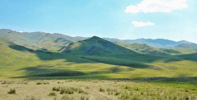 bello paisaje de montaña, perfecto para la búsqueda espiritual.