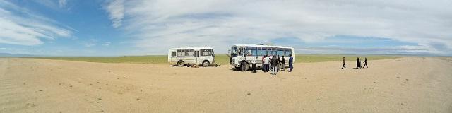 dos autobuses en mitad de la nada.