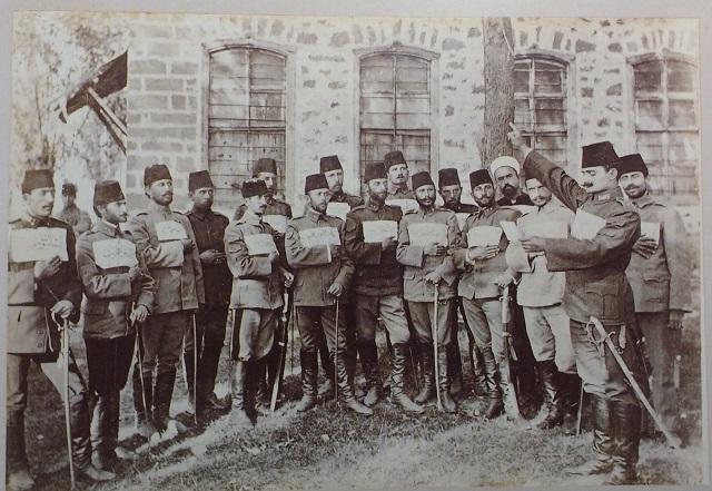 """El tercer batallón de artillería ligera durante la revolución de 1908 en Manastir. En el texto: """"larga vida a la revolución"""". (Foto de los hermanos Manakis)"""