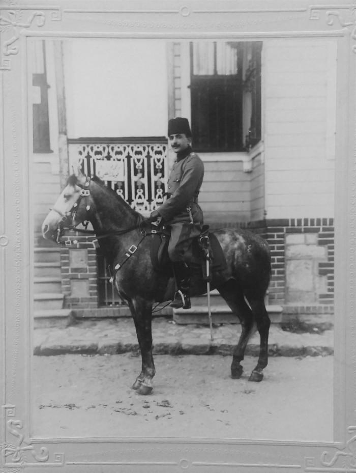 Enver a caballo. (Cortesía de su nieto, Osman Mayatepek).