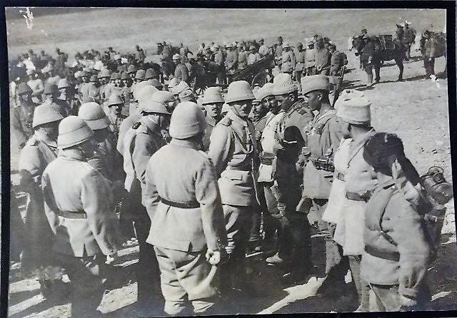Enver y sus soldados posando copn el enveriye.